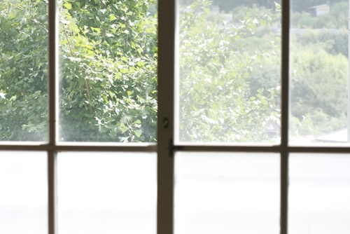 ガラスに貼ったシールの剥がし方!キッチンにあるコレで?!